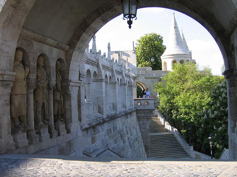 800px-IMG_0278_-_Hungary,_Buda_-_Fisherman's_Bastion_(Halászbástya)