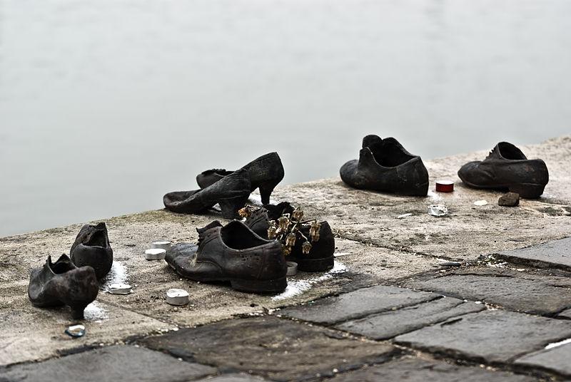 800px-Shoes_Danube_Promenade_MGP1276
